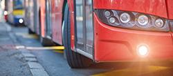 Roter Bus auf der Straße.